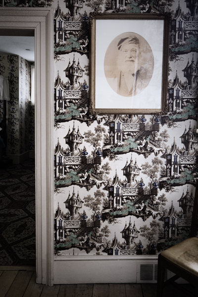 Toile Wallpaper and Portrait Photo